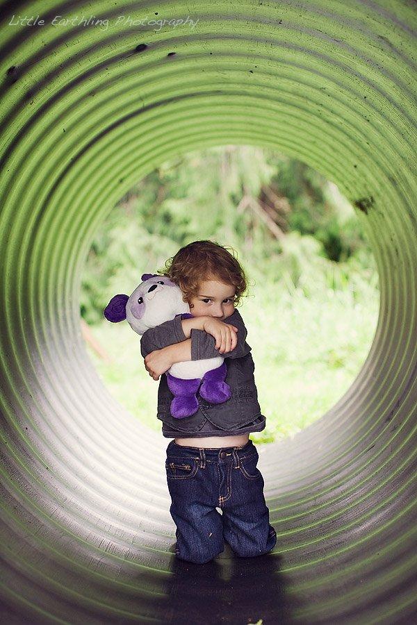 Apollo hugging pandora in tunnel.
